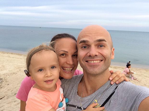 Ева с мамой и папой. Аппарат Baha носит постоянно