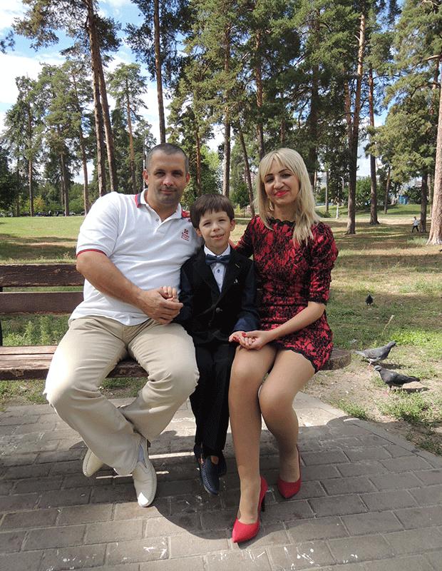 Властимир, носитель аппарата Baha, с мамой и папой